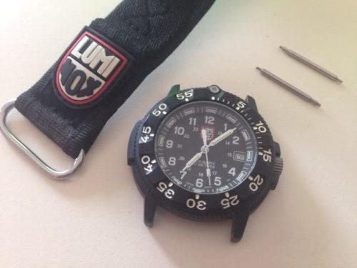 まずは時計からベルトを外します。精密ドライバーのマイナスを使って、バネ棒に引っ掛けるようにすると簡単に取れます。