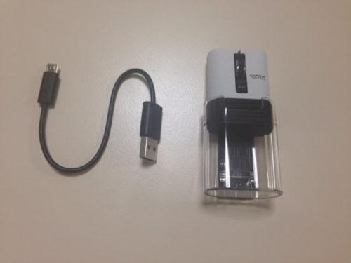 箱の中身は、マウスと短い充電用コードのみ