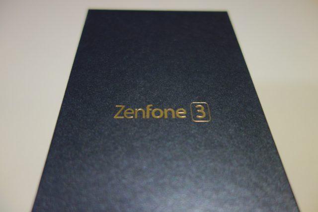 ZenFone 3 がゴールドでキラキラとしています