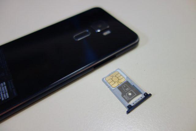 SIMをセットして挿入