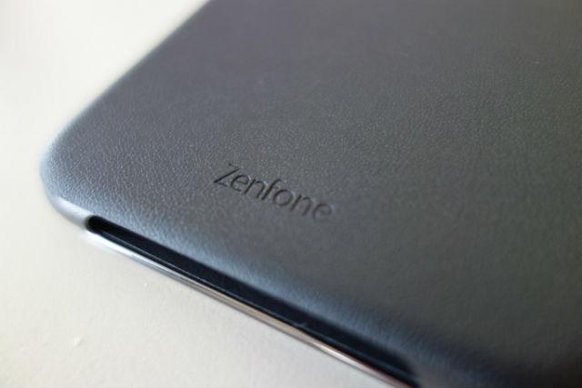 裏には「ZenFone」のロゴです。
