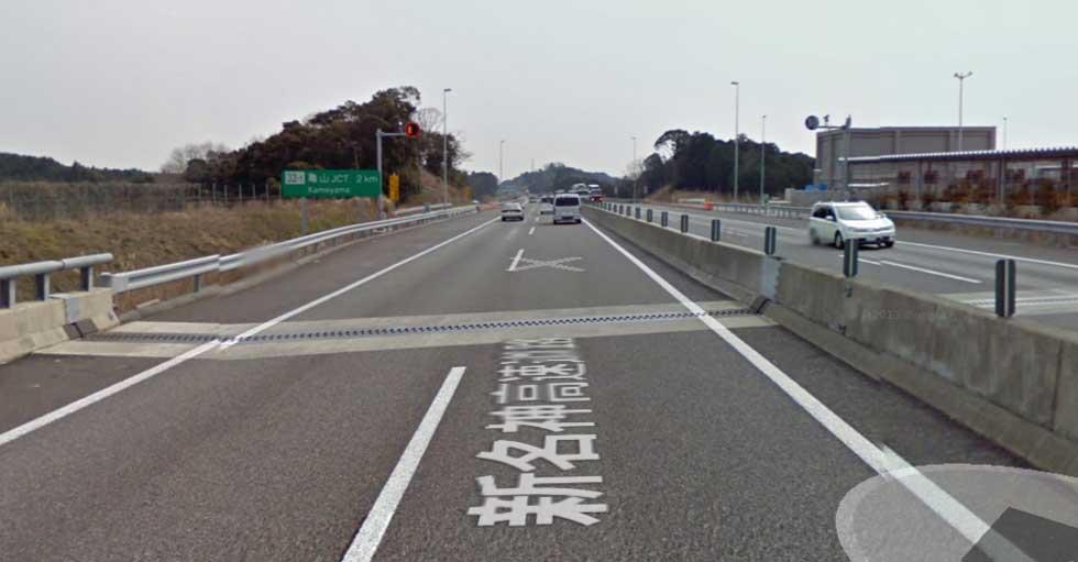 土山SAから亀山JCTにかけては2車線となっています