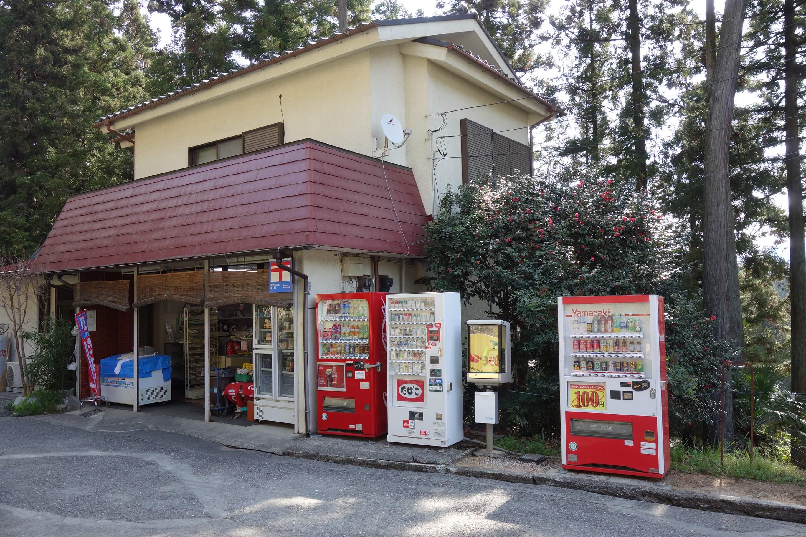 駅前には売店とトイレあり